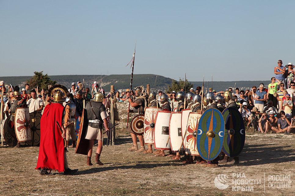 Реконструкторы легиона Римской империи на Крымском военно-историческом фестивале на Федюхиных высотах в Севастополе