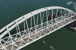 Под железнодорожной аркой моста через Керченский пролив прошла парусная регата