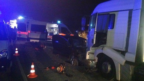 НаКерченской трассе иностранная машина  столкнулась сфурой «лоб влоб»