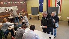 Жители юго-востока Берлина на избирательных участках во время парламентских выборов в Германии