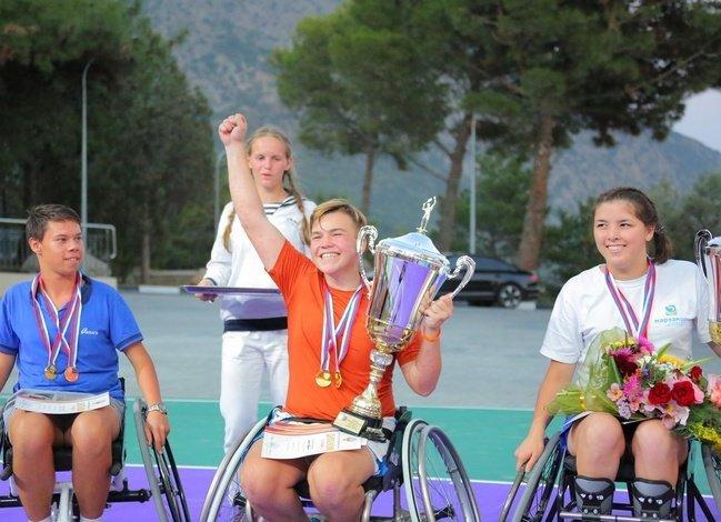Победитель прошедшего в Артеке Первенства по теннису на колясках Алексей Шуклин (Пермский край) с заслуженным кубком