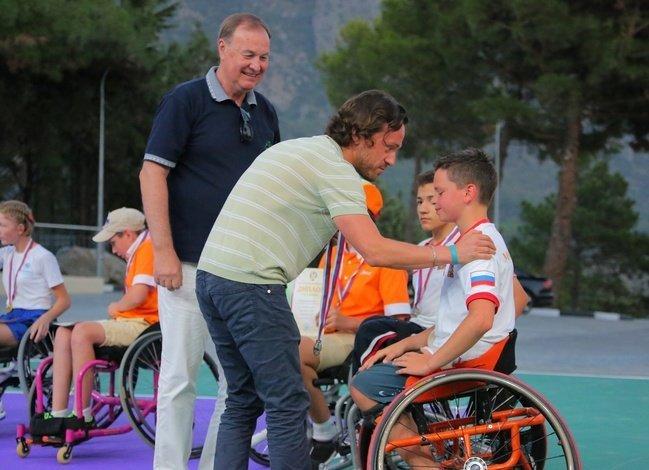 Директор МДЦ Артек Алексей Каспржак поздравляет участников Всероссийского первенства по теннису на колясках среди юниоров