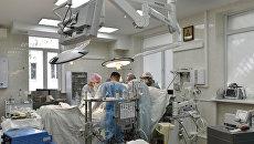 Врачи делают аортокоронарное шунтирование пациенту в крымской больнице