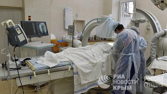 Врачи проводят операцию по установке электрокардиостимулятора в крымской больнице