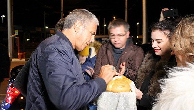 Симферопольские таксисты встретили приехавшего в Крым звезду фильма Такси Сами Насери