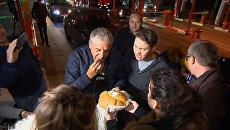 Хлеб-соль и автограф на машине: звезда фильма Такси прибыл в Крым