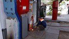 В Симферополе сносят незаконно установленные платежные терминалы