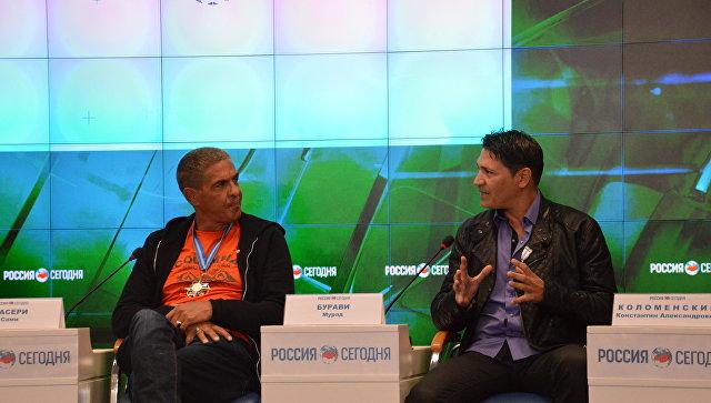 Французский актер Сами Насери (справа) и французский певец Мурад Бурави (слева) на пресс-конференции в мультимедийном пресс-центре МИА Россия сегодня