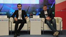 Пранкеры Алексей Столяров (Лексус) и Владимир Кузнецов (Вован) на пресс-конференции в мультимедийном пресс-центре МИА Россия сегодня в Симферополе