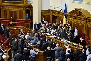 Депутаты на заседании Верховной рады в Киеве блокируют трибуну
