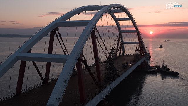 Плавопоры с автодорожной аркой Крымского моста вышли на фарватер