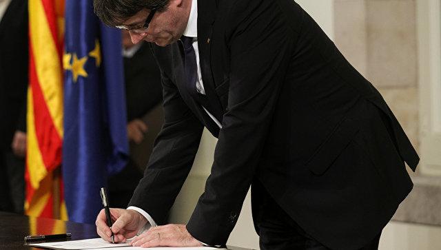 Председатель правительства Каталонии Карлес Пучдемон подписывает декларацию о независимости, 10 октября 2017