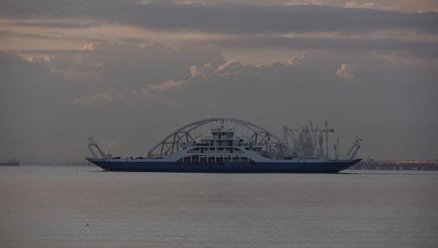 Буксировка автодорожной арки Крымского моста к фарватеру