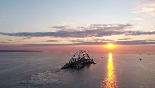 Транспортировка автодорожной арки Крымского моста к месту установки