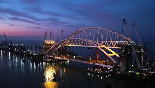 Подготовка автодорожной арки Крымского моста к подъему на опоры