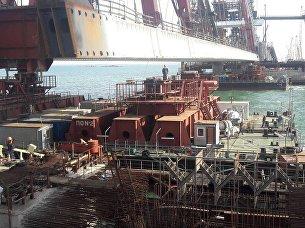 Моряки-участники морской операции в Керченском проливе передали автодорожную арку Крымского моста мостостроителям