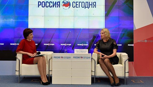 Первый заместитель министра юстиции РК Евгения Ростовцева (справа)