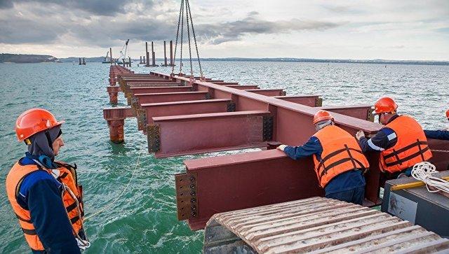 Строительство рабочего моста № 2 от острова Тузла до фарватера Керчь-Еникальского канала. Май 2016