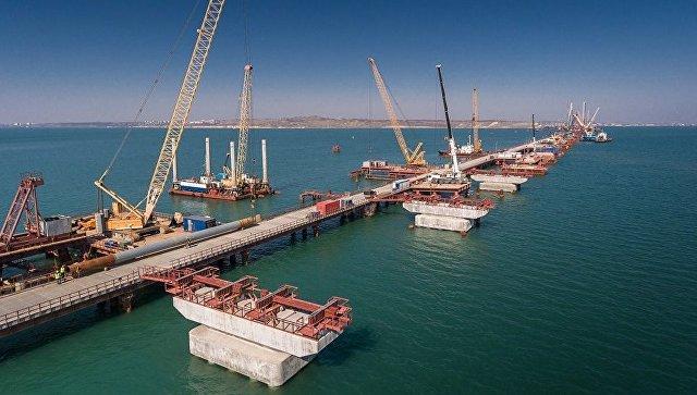 Готовые морские опоры для автомобильной части моста, погружение свай в акваторию под железнодорожные опоры. Апрель 2017