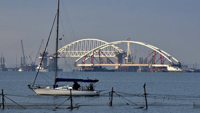Плавучие опоры с автодорожной аркой моста в Крым на фарватере Керчь-Еникальского канала