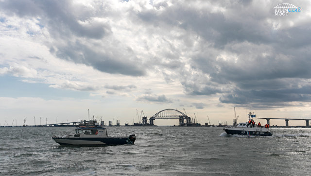 Силовики обеспечивают безопасность во время операции по установке арки Крымского моста