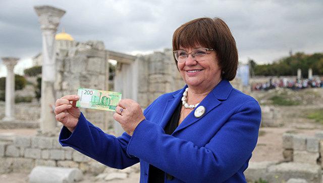 Директор музея-заповедника Херсонес Таврический Светлана Мельникова презентует новую банкноту в 200 рублей с символами Севастополя