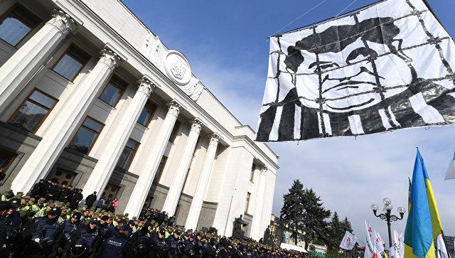 Плакат с изображением президента Украины Петра Порошенко вовремя акции протеста у здания Верховной рады в Киеве. 17 октября 2017