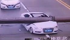 В Китае башенный кран упал на автомобиль