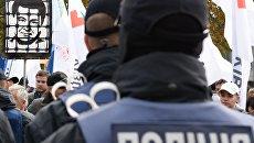 Сотрудники полиции и участники акции в поддержку политической реформы в Киеве