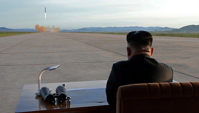 Лидер КНДР Ким Чен Ун наблюдает за пуском ракеты