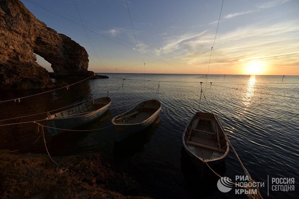 Лодки рыбаков на мысе Тарханкут. Большой Атлеш