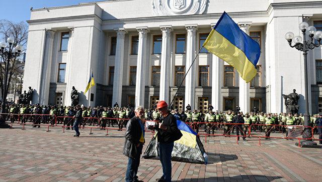Сторонники политических реформ и сотрудники правоохранительных органов у здания Верховной рады Украины в Киеве