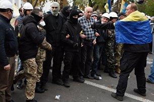 Бойцы батальона Донбасс во время митинга у здания Верховной рады Украины в Киеве