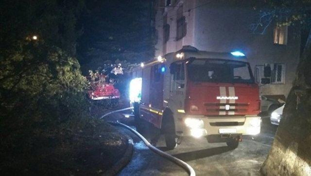 ВЯлте изгорящего здания вывели 10 человек