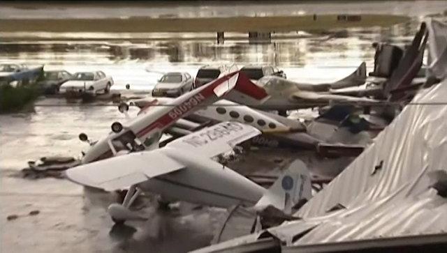 Перевернутые самолеты, машины и разрушенные здания: последствия шторма в Калифорнии