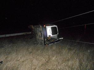 В Крыму машина снесла электроопору и повисла на проводах