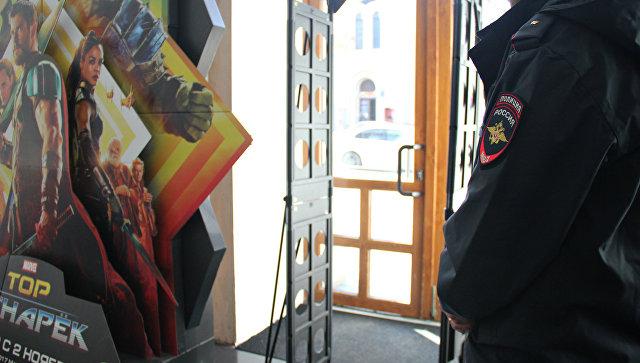 Полицейский в симферопольском кинотеатре им. Шевченко перед показом фильма Матильда