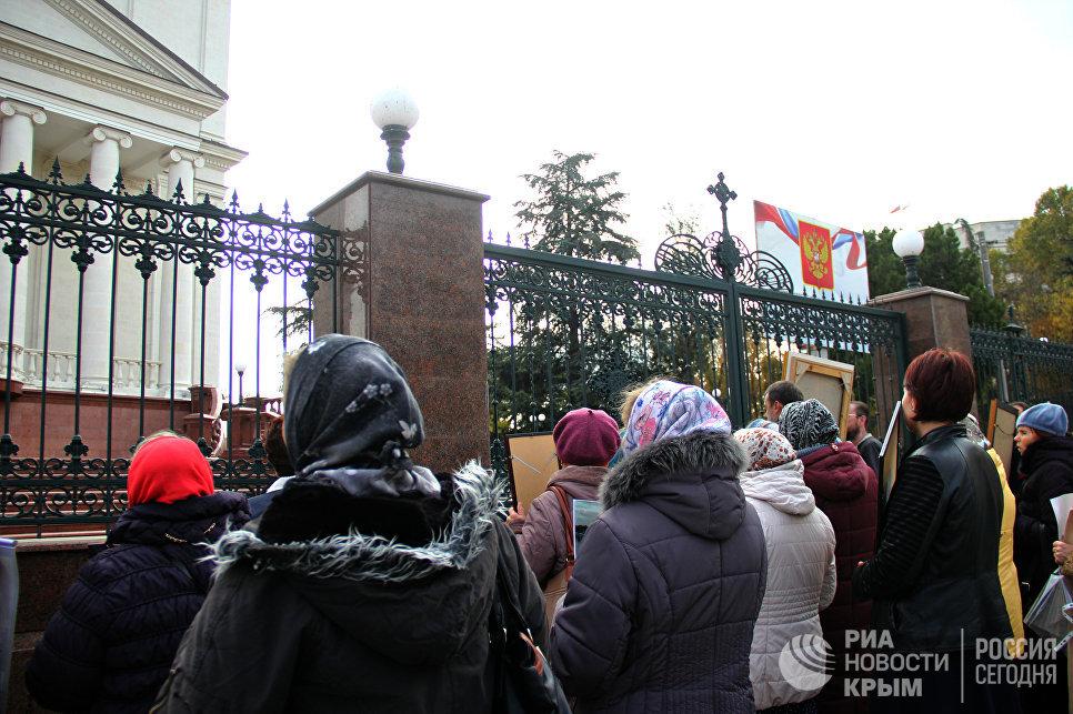 Протестующие против показа фильма Матильда возле храма Александра Невского в Симферополе