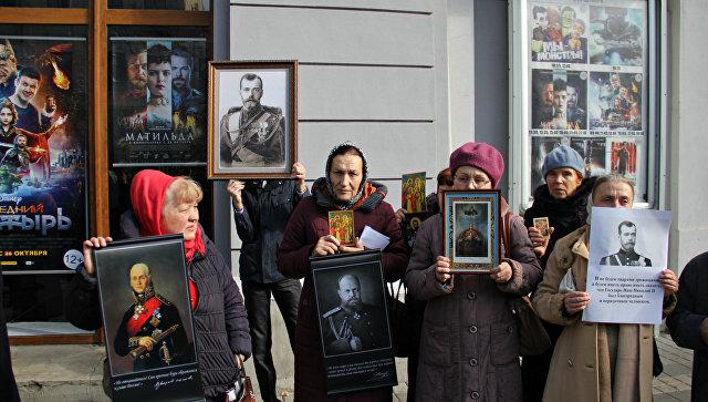 Протестующие против показа фильма Матильда возле кинотеатра им. Шевченко в Симферополе