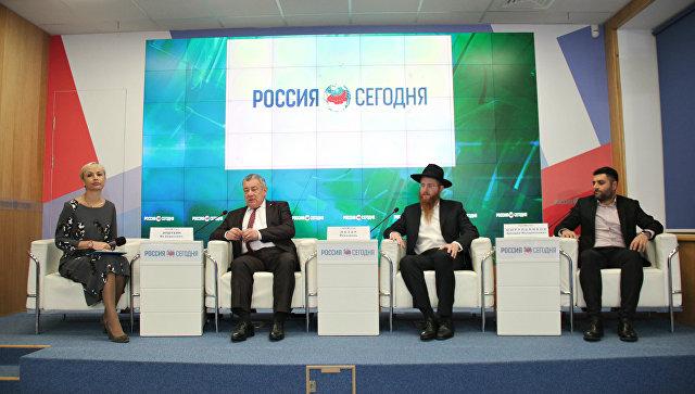 Пресс-конференция главного раввина Симферополя Йехезкеля Лазара (второй справа)