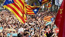 Люди у здания парламента Каталонии в Барселоне, Испания
