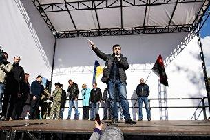 Михаил Саакашвили выступает на вече у здания Верховной рады в Киеве