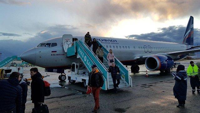 Пассажиры выходят из самолета в аэропорту Симферополь