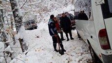 Микроавтобус с пассажирами застрял в снегу на горной дороге