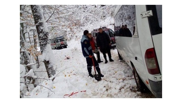 ВКрыму вснежном заносе застрял автобус с18-ю пассажирами