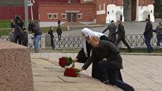 Путин и главы конфессий возложили цветы к памятнику Минину и Пожарскому