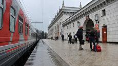 Пассажиры на железнодорожном вокзале. Архивное фото