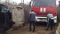 В Армянске спасатели достали из ямы корову
