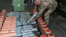 Военнослужащий вооруженных сил Украины во время военных учений на полигоне. Архивное фото