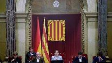 Глава каталонского парламента Карме Форкадель (в центре) на заседании парламента Каталонии, на котором депутаты проголосовали за независимость от Испании. Архивное фото